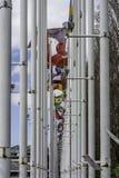 Αλέα σημαιών που αποτελείται με το ψηλό άσπρο και κάπως σκουριασμένο μέταλλο po Στοκ Εικόνες
