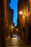 Αλέα στη Σιένα, Ιταλία, τη νύχτα στοκ εικόνα