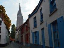 Αλέα της Μπρυζ και εκκλησία της Notre-Dame Στοκ εικόνες με δικαίωμα ελεύθερης χρήσης