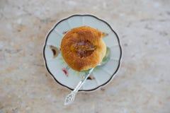 Αλέθοντας εύγευστο κέικ στοκ εικόνα με δικαίωμα ελεύθερης χρήσης