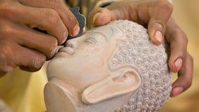 Αλέθοντας κεφάλι του Βούδα πετρών Πέτρινος-τέμνον εργαστήριο στην Καμπότζη απόθεμα βίντεο