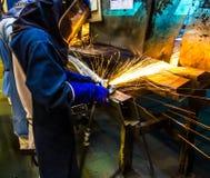 Αλέθοντας μέταλλο εργαζομένων Στοκ φωτογραφία με δικαίωμα ελεύθερης χρήσης