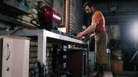 Αλέθοντας σίδηρος knifes με τα σπινθηρίσματα - σφυρηλατήστε το εργαστήριο απόθεμα βίντεο