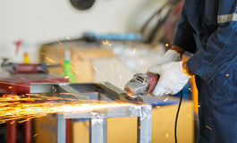 Αλέθοντας χάλυβας εργαζομένων από την αλέθοντας μηχανή Στοκ Εικόνες