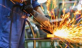 Αλέθοντας χάλυβας εργαζομένων από την ηλεκτρική αλέθοντας μηχανή Στοκ Εικόνες