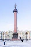 Αλέξανδρος Column στο τετράγωνο παλατιών στη Αγία Πετρούπολη χειμώνας όψης δέντρων χιονιού έλατου κλάδων Στοκ Εικόνες