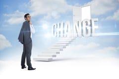 Αλλαγή ενάντια στα βήματα που οδηγούν στη ανοιχτή πόρτα στον ουρανό στοκ φωτογραφία με δικαίωμα ελεύθερης χρήσης