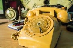 αλλαγή μεταβιβάζοντας τις ηλεκτρικές μεγάλες ωθήσεις αποστάσεων συσκευών πέρα από τον πίνακα τηλεφωνικών ήχων Στοκ εικόνα με δικαίωμα ελεύθερης χρήσης