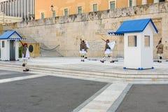 Αλλαγή της τελετής φρουράς πραγματοποιείται μπροστά από το ελληνικό κτήριο του Κοινοβουλίου Στοκ Εικόνες