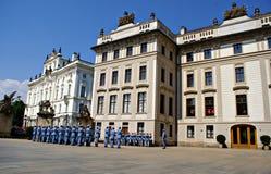 Αλλαγή της τελετής φρουράς στο Κάστρο της Πράγας Στοκ Φωτογραφίες