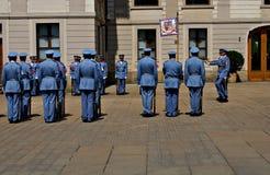 Αλλαγή της τελετής φρουράς στο Κάστρο της Πράγας Στοκ Εικόνες