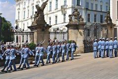 Αλλαγή της τελετής φρουράς στο Κάστρο της Πράγας Στοκ Φωτογραφία