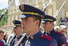 Αλλαγή της φρουράς, Κάστρο της Πράγας σύνθετο Στοκ φωτογραφία με δικαίωμα ελεύθερης χρήσης