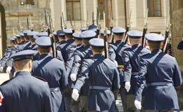 Αλλαγή της φρουράς, Κάστρο της Πράγας σύνθετο Στοκ Εικόνες