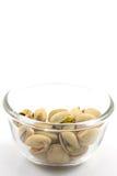 Αλατισμένα φυστίκια σε ένα πιάτο γυαλιού, που απομονώνεται στο άσπρο υπόβαθρο Στοκ φωτογραφία με δικαίωμα ελεύθερης χρήσης