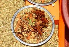 αλατισμένη βανίλια καρυκευμάτων δεντρολιβάνου πιπεριών φύλλων χορταριών σκόρδου κόλπων cardamon καφετής κίτρινος Στοκ Φωτογραφία