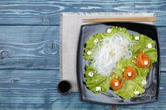 Αλατισμένη ρόλοι σαλάτα σολομών με τα νουντλς ρυζιού στοκ φωτογραφίες