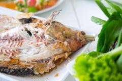Αλατισμένος-εφελκιδώδη ψημένα στη σχάρα ψάρια στοκ εικόνες