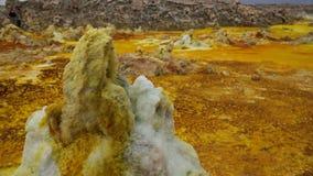 Αλατισμένος ηφαιστειακός κρατήρας Danakil Dallol κινηματογραφήσεων σε πρώτο πλάνο δομών, μακρυά, Αιθιοπία Στοκ φωτογραφία με δικαίωμα ελεύθερης χρήσης