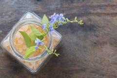 Αλατισμένο άρωμα SPA όλων των τροφίμων δερμάτων λουλουδιών με τα πορφυρά λουλούδια Στοκ φωτογραφίες με δικαίωμα ελεύθερης χρήσης