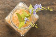 Αλατισμένο άρωμα SPA όλων των τροφίμων δερμάτων λουλουδιών με τα πορφυρά λουλούδια Στοκ Εικόνες