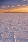 Αλατισμένο επίπεδο Salar de Uyuni στη Βολιβία στην ανατολή Στοκ Εικόνες