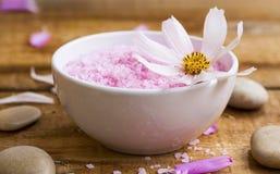 Αλατισμένο κύπελλο λουτρών SPA με το λουλούδι Ρόδινο compositi wellness λουτρών αλατισμένο Στοκ Εικόνα