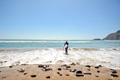Αλγκάρβε: Παραλία Praia DA Arrifana Surfer κοντά σε Aljezur, Πορτογαλία Στοκ εικόνες με δικαίωμα ελεύθερης χρήσης