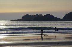 Αλγκάρβε: Παραλία Praia DA Arrifana Surfer κοντά σε Aljezur στο ηλιοβασίλεμα, Στοκ φωτογραφία με δικαίωμα ελεύθερης χρήσης