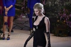 Αλεξάνδρα Elizabeth περπατά το διάδρομο στη επίδειξη μόδας Λα Perla Στοκ φωτογραφία με δικαίωμα ελεύθερης χρήσης