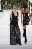 Αλεξάνδρα Elizabeth περπατά το διάδρομο στη επίδειξη μόδας Λα Perla Στοκ εικόνες με δικαίωμα ελεύθερης χρήσης