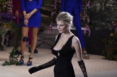 Αλεξάνδρα Elizabeth περπατά το διάδρομο στη επίδειξη μόδας Λα Perla Στοκ Εικόνες