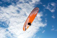 Αλεξίπτωτο αλεξιπτωτιστών στον ουρανό στοκ εικόνα με δικαίωμα ελεύθερης χρήσης