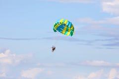 Αλεξίπτωτο ελεύθερο Flyin Parasailing Στοκ Εικόνες