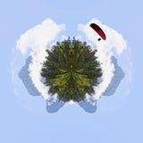 Αλεξίπτωτο πέρα από ένα Midi δ ` Ossau το πρωί πίσω από τα δέντρα πεύκων, Στοκ Εικόνες