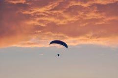 Αλεξίπτωτο πιό flyier στο ρόδινο νεφελώδη ουρανό Στοκ εικόνα με δικαίωμα ελεύθερης χρήσης