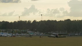 Αλεξιπτωτιστές που επιβιβάζονται στο αεροπλάνο - slowmo 60 fps απόθεμα βίντεο