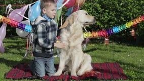 Αλλεργικό αγόρι και ένα σκυλί φιλμ μικρού μήκους