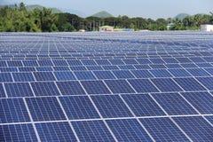 Αλεσμένες μεγάλη κλίμακα ηλιακές εγκαταστάσεις παραγωγής ενέργειας PV Στοκ φωτογραφία με δικαίωμα ελεύθερης χρήσης