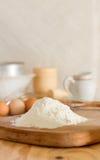 Αλεύρι και ακατέργαστα αυγά για την κατασκευή της ζύμης Στοκ φωτογραφία με δικαίωμα ελεύθερης χρήσης