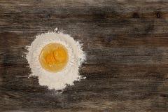 Αλεύρι και αυγό στον πίνακα κουζινών Στοκ Φωτογραφία