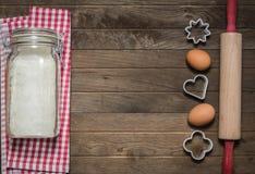Αλεύρι, κυλώντας καρφίτσα, αυγά και φόρμες Στοκ φωτογραφία με δικαίωμα ελεύθερης χρήσης