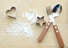 Αλεύρι με τη μορφή αστεριών και καρδιών, κουτάλι δικράνων Στοκ εικόνα με δικαίωμα ελεύθερης χρήσης