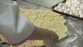 αλεύρι μπισκότων κύπελλων που καθιστά το ρόδινο χύνοντας πίνακα ξύλινο Κλείστε επάνω στον πυροβολισμό χεριών απόθεμα βίντεο