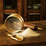 Αλεύρι, ξύλινο κουτάλι, ξύλινο κόσκινο για το αλεύρι, ξύλινος κύλινδρος φ Στοκ Φωτογραφία