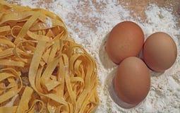 Αλεύρι τρία και σπιτικά ζυμαρικά αυγών Στοκ Εικόνες