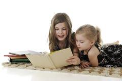 Αδελφές ανάγνωσης Στοκ φωτογραφία με δικαίωμα ελεύθερης χρήσης