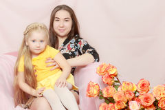 2 αδελφές κάθονται στον καναπέ Στοκ Εικόνα