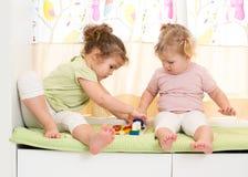 αδελφές μαζί δύο παιχνιδιού κατσικιών Στοκ φωτογραφίες με δικαίωμα ελεύθερης χρήσης