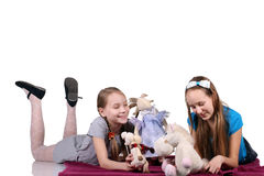 αδελφές μαζί δύο παιχνιδιού κατσικιών Στοκ φωτογραφία με δικαίωμα ελεύθερης χρήσης